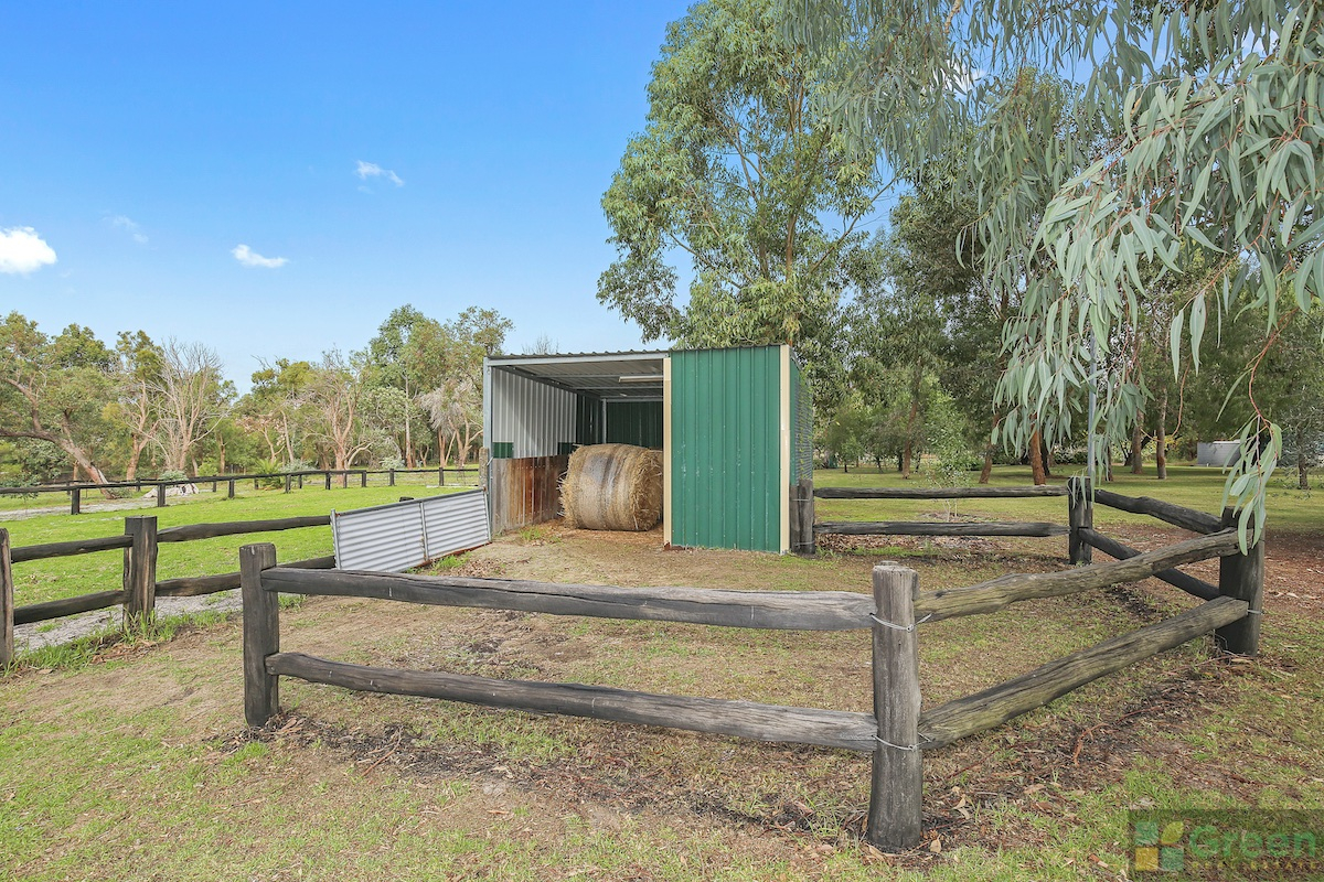 Huge Family Home On 5 Acres – Plus perfect for horses!